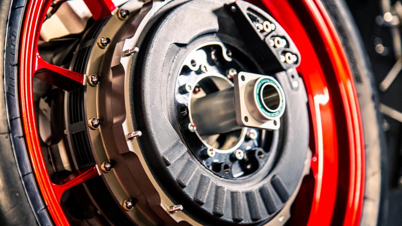 구멍 뚫어 가장 빠른 모터사이클에 도전하는 WMC250EV