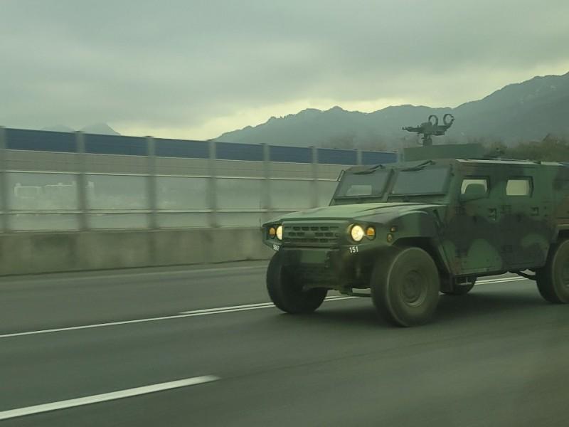 고속도로에서 만난 기아 전술차